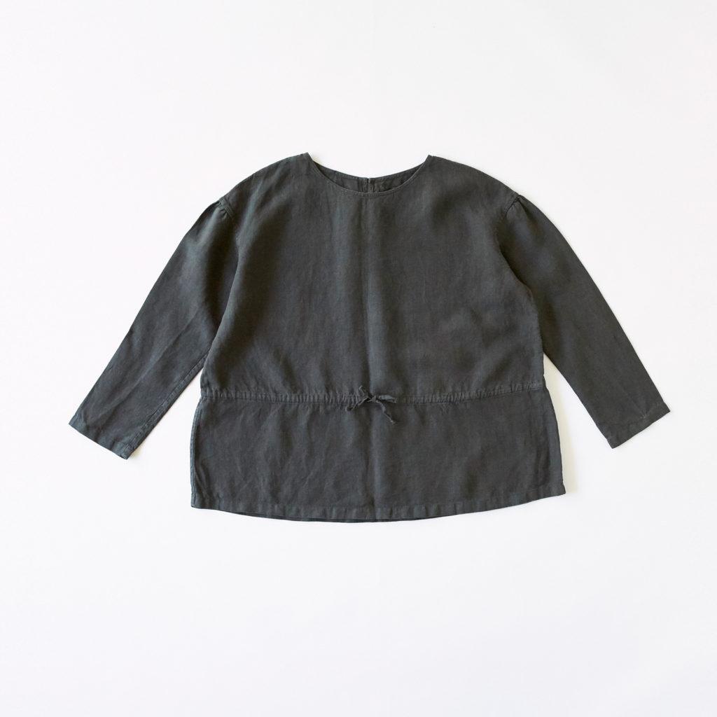 いろいろの服「ギャザーブラウス」(チャコール) 6,912円(税込)