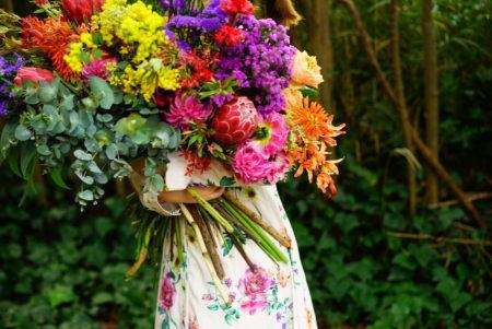 新進気鋭のフラワーアーティストたちによる花の展示会「色を纏う花展」開催